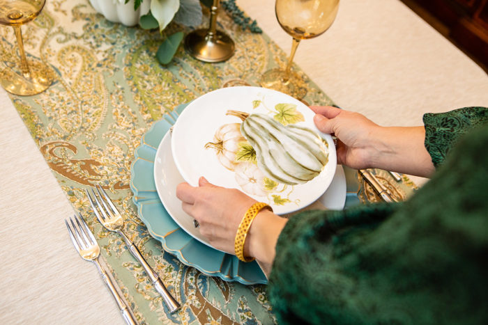 Stylish & Traditional Thanksgiving Table Decorations featured by top US lifestyle blog, The HSS Feed.